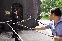 近一米长的大砍刀被特警夺下