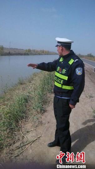 协警玉山·吾斯曼现场讲诉救人经过。中国新闻网 王小军 摄