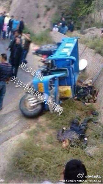甘肃环县载客农用三轮车发生侧翻